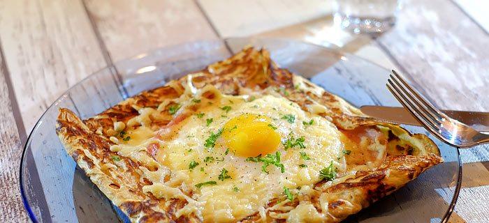 Hartige pannenkoeken met ham, spiegelei en kaas