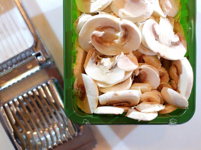 Makkelijk champignons in plakjes snijden