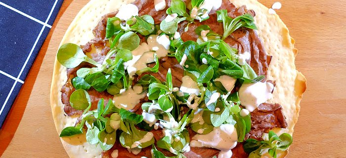 Pizza bianca met rosbief, veldsla en ricottadressing