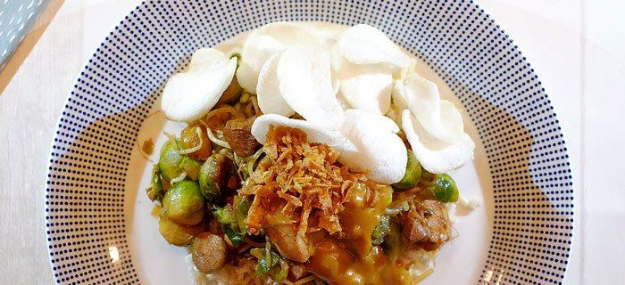 Roergebakken spruitjes met taugé, kippendij en pindasaus