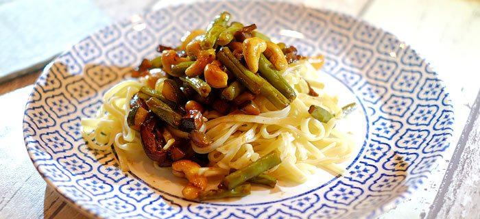 Sperziebonen, courgette, shiitake, cashewnoten en reepjes biefstuk met teriyakisaus