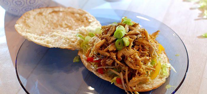 Broodje pulled chicken met gegrilde paprika, taugé en shiitake