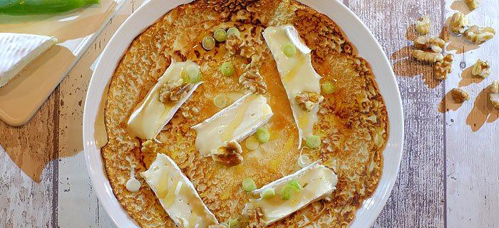 Hartige pannenkoeken met brie, lenteuitjes, walnoot en honing