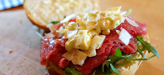 Italiaanse bol met carpaccio, Parmezaanse kaas, pijnboompitjes en truffelmayonaise