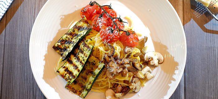 Spaghetti met paddenstoelen, gegrilde courgette en geroosterde tomaatjes