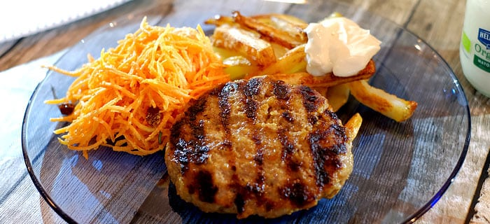 Hamburgers met ovenfrietjes en wortelsalade