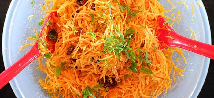 Makkelijke wortelsalade met rozijnen en basilicum