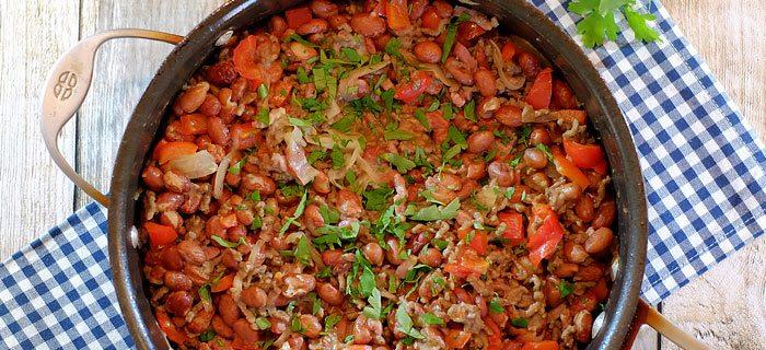 Pannetje bruine bonen met gehakt, rode paprika en kaas