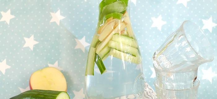 Water met appel, komkommer en basilicum