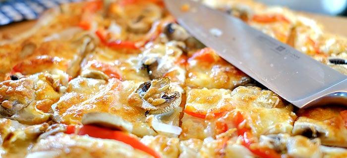 Flammkuchen met ui, champignons, rode paprika en Gruyère