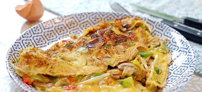 Omelet met Chinese roerbakgroente, champignons en oestersaus