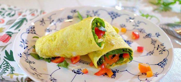 Omelet wraps met rucola, prosciutto crudo, paprika en Parmezaan