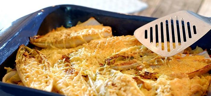 Witlof ovenschotel met champignons, spekjes en belegen kaas