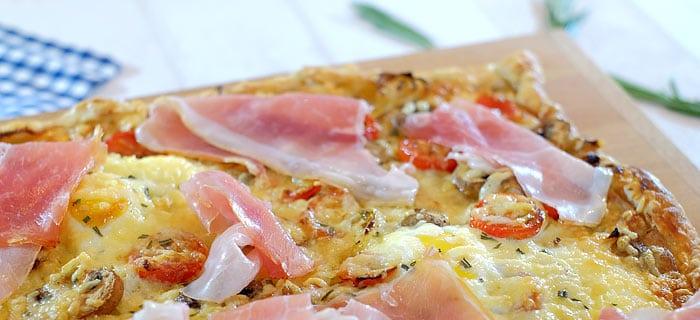 Plaattaart met prei, ui, tomaat, champignons en Coburger ham