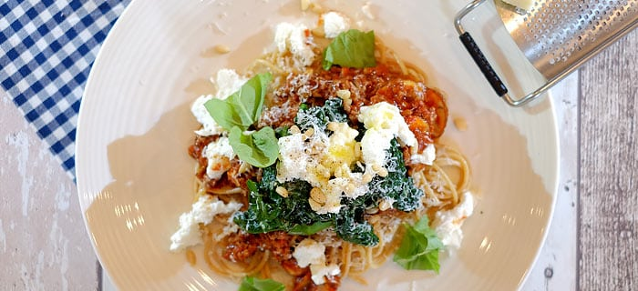 Spaghetti met gehakt, spinazie, tomatensaus en mozzarella