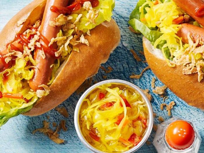 Hot dogs met atjar van Allerhande