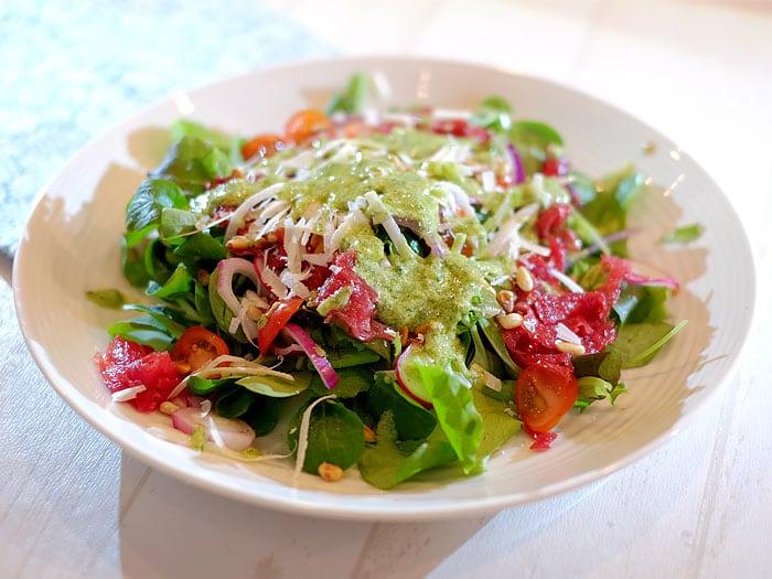 Carpaccio salade met veldsla, rucola en een truffel-pesto dressing