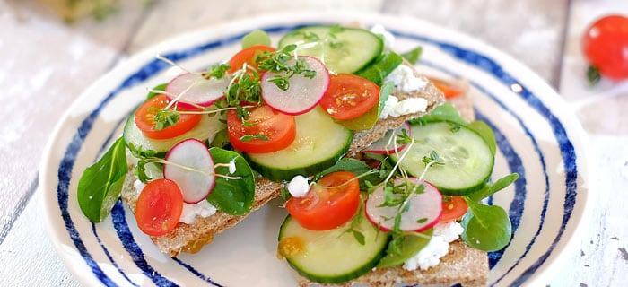 Knäckebröd met Hüttenkäse, komkommer, radijs en tomaat