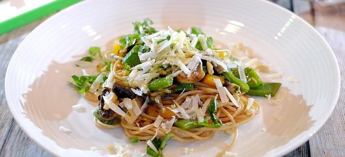 Pasta met snijbonen, champignons, paprika en pesto