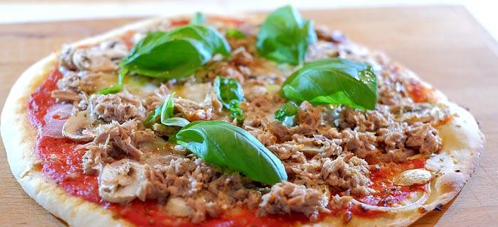 Pizza met tonijn en champignons