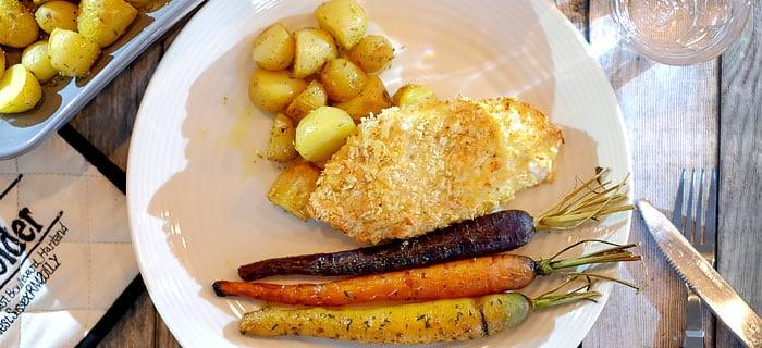 Kip Parmezaan met regenboogwortels uit de oven en krieltjes