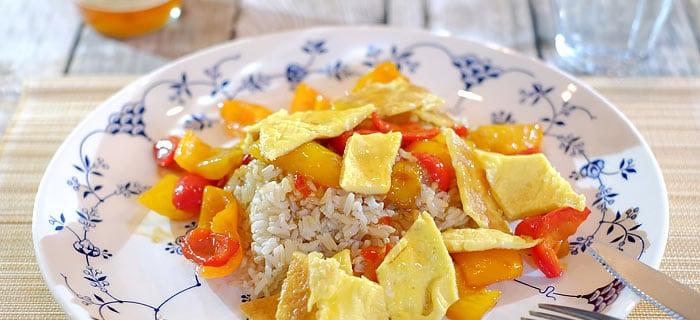 Roergebakken paprika, rijst en omelet met hoisin saus en zoete chilisaus