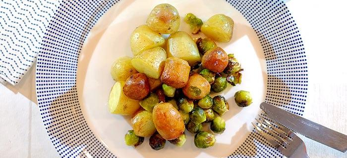 Spruitjes, rode ui, krieltjes en Catalaanse worstjes uit de oven