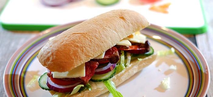Broodje biefstuk met sla, tomaat, komkommer en kaas
