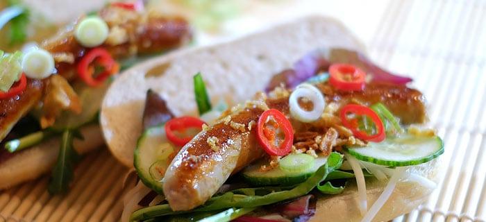 Broodje hotdog teriyaki met taugé en gebakken uitjes