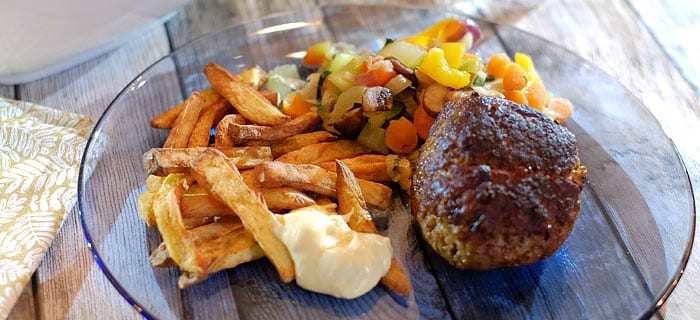 Gestoofde groenten, zoete aardappelfriet en gehaktballen