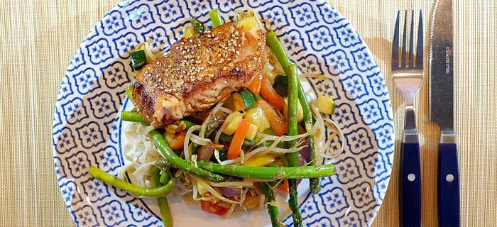Groene asperges, courgette en paprika in teriyaki met Oosters gebakken zalm en noedels
