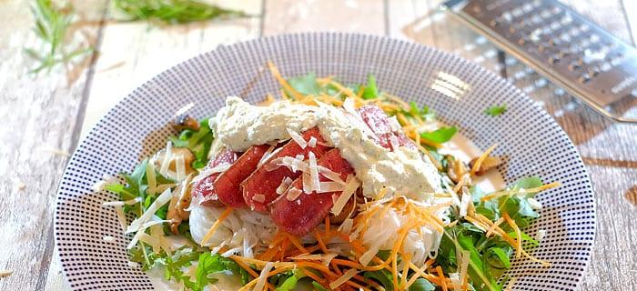 Rucola, shiitake, mihoen en wortelreepjes met biefstuk en dragonsaus
