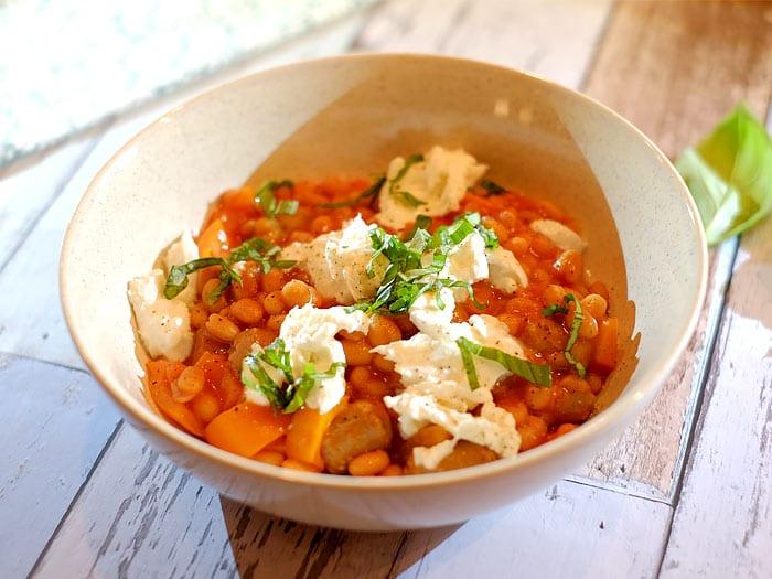 Witte bonen in tomatensaus met merguez worstjes, paprika en mozzarella