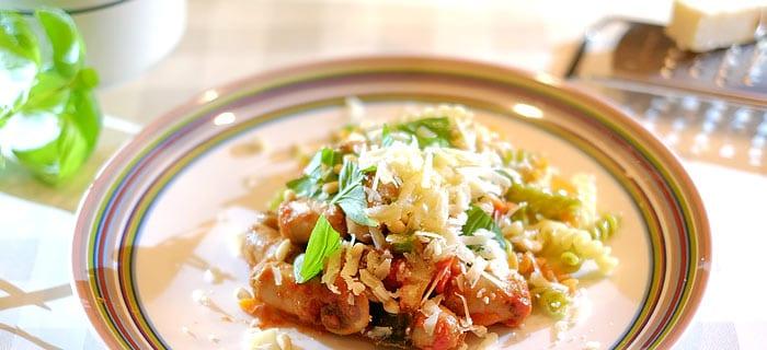 Fusilli met champignons, prei, rode paprika, courgette, chipolataworstjes en Parmezaan