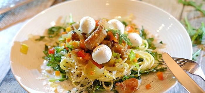 Spaghetti met rucola, groenten, worstjes, Parmezaanse kaas en mozzarella