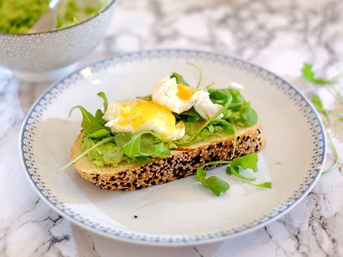 Ongekend Toast met avocado, rucola en een gepocheerd ei - Kookidee NL-85