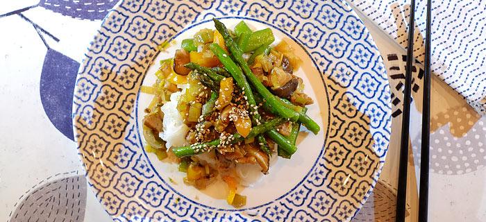 Noedels met speklapjes, sugarsnaps, groene asperge, prei, paprika en shiitake