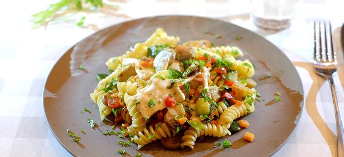 Pasta met roergebakken groenten, champignons, kip pesto en mozzarella