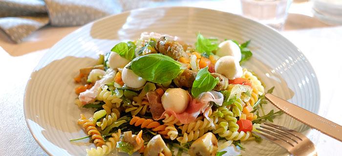 Fusilli met groenten, champignons, merguez worstjes, pancetta en mozzarella