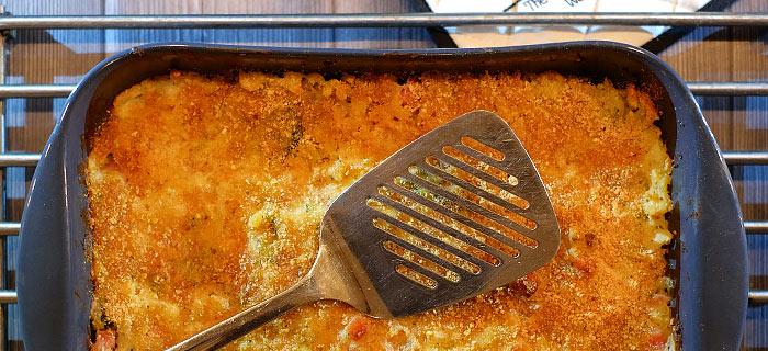 Macaronischotel met bloemkool, broccoli, ham en kaassaus