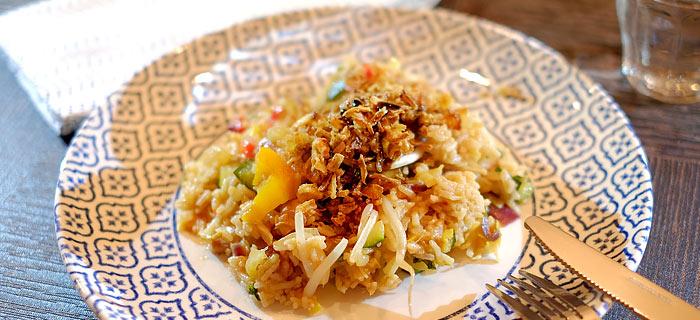 Nasi goreng met roergebakken groenten en gemarineerde varkenslapjes