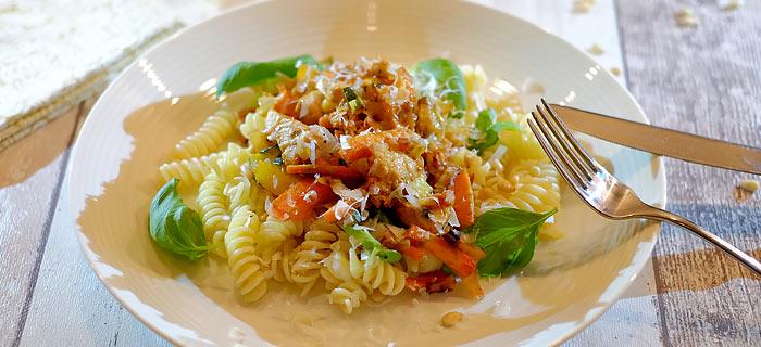 Pasta met kip pesto, courgette, wortel, prei en tomaat