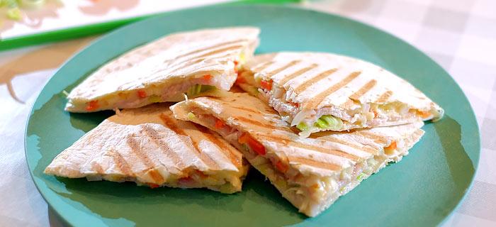 Quesadilla's met ontbijtspek, prei, paprika, ui en kaas