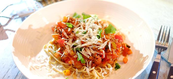 Snelle spaghetti met groenten, gehakt en tomatensaus