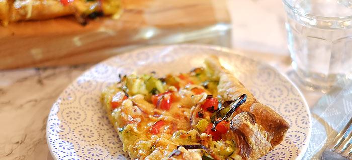 Plaattaart met courgette, prei, paprika, rode ui en kaas