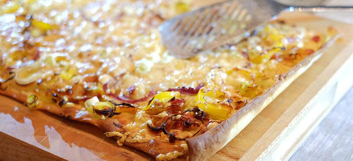 Plaattaart met roomkaas, prei, paprika, gebakken spekreepjes en kaas