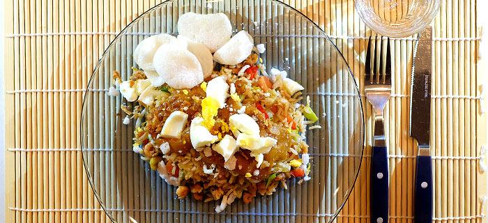 Roergebakken groenten met garnalen, ei, rijst en pindasaus