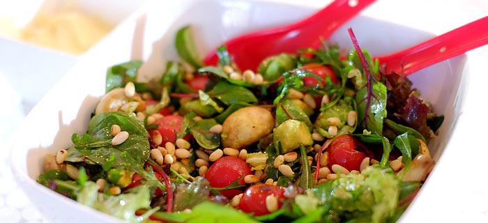 Salade met gegrilde avocado, champignons, tomaatjes, pijnboompitten en Parmezaan