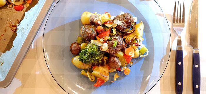 Traybake met krieltjes, broccoli, prei, champignons en gehakt