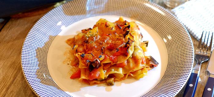 Lasagne met aubergine, courgette, prei, spekreepjes en mozzarella